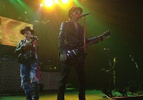 Izzy Stradlin and Axl Rose durante un show de 2012
