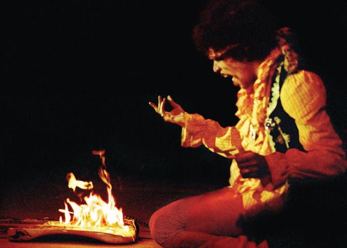 Jimi Hendrix quemando su guitarra en Monterey
