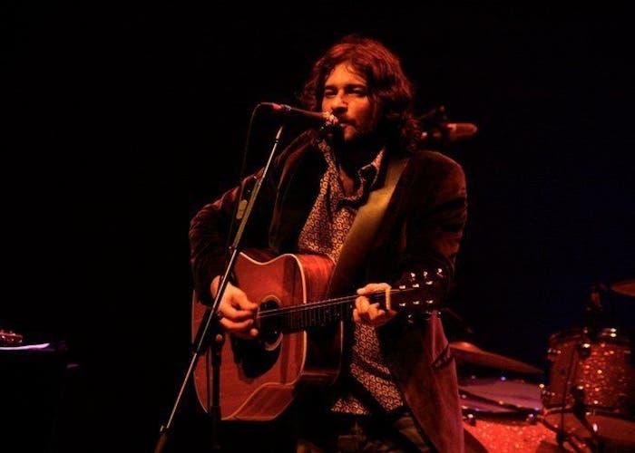 Quique González durante una actuación en directo