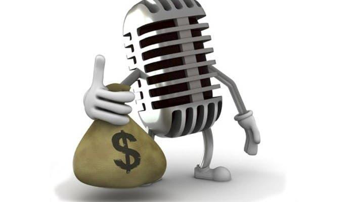 Imagen micrófono con bolsa de dinero