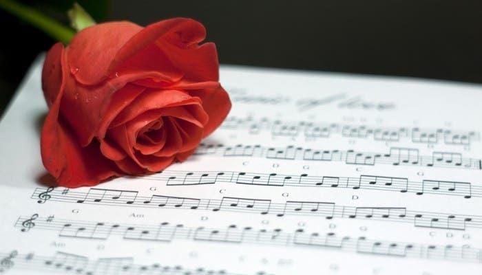 Imagen de una rosa encima de una partitura