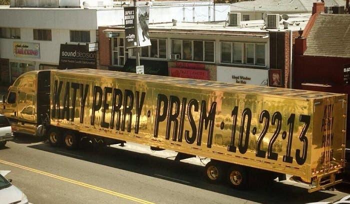 Camión circulando por Los Ángeles anunciando el nuevo álbum